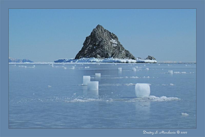 Ледяное поле.. со столбиками от лунок, сделаных краболовами... бухта Гертнера, г. Магадан