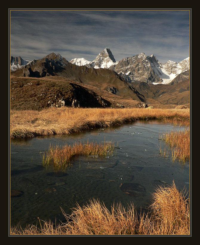 Швейцария. На ЗП в центре - Gd.Jorasses, левее - Mont Blanc. Осеннее утро. Солнце поднималось выше, становилось теплее, о прошедшей  ночи напоминал холодный ветер, да толстый лед на лужах, под которым плавали сотни головастиков. При съемке использованы: градиентный, поляризационный и UV фильтры.