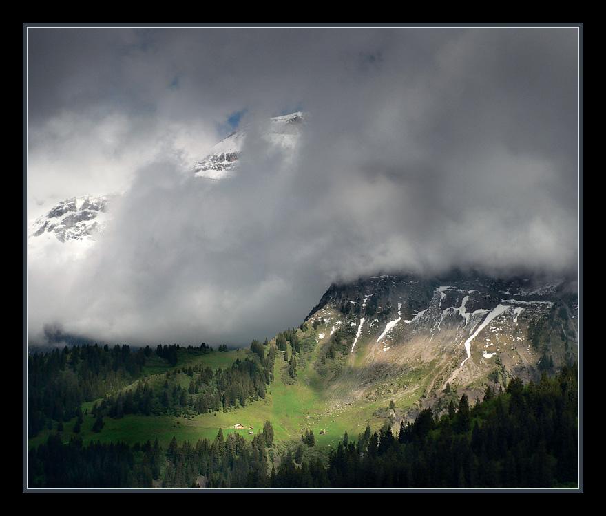 Col de la Croix. 2 июня. Сильный ветер гонял тучи, которые разрывались о вершины заснеженных гор, в просветы на небе иногда попадали лучи солнца. Так можно было дождаться пока очередное световое пятно окажется на домике. При съемке оспользован нейтральный градиентный фильтр.