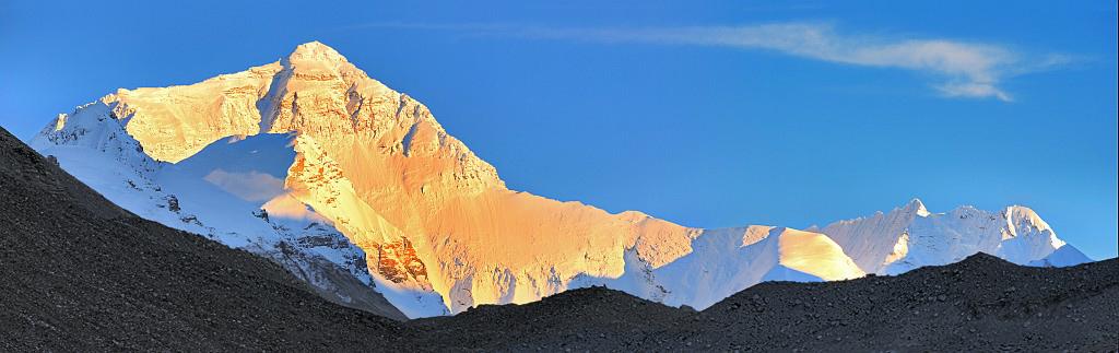 Именно таким показал себя Эверест, при закате...