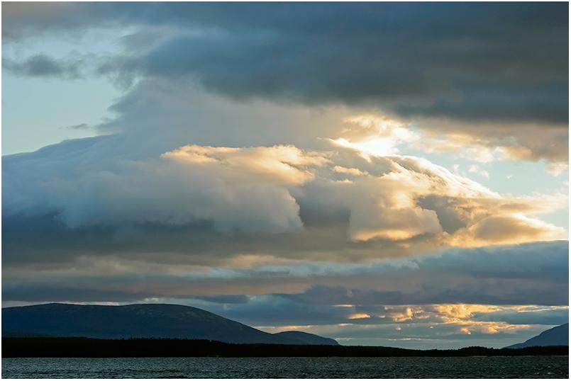 Кольский п-ов, Колвицкое озеро, август. Пережидая шторм на косе посреди озера. Прямо скажем - нежарко, сильный холодный ветер, но изумительно красиво. Вообщем Север.