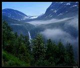 Твоих озер, Норвегия, твоих лесов...     И оборвалась речь сама собою.     На камне женщина поет без слов,     Над нею небо льдисто - голубое.          Георгий Адамович