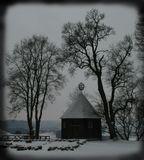 В Балтийских широтах угадывать трудноКакой каламбур принесут небеса.Морозец с поземкой, иль кляксы по снегуЗемли разопрелой,Бесстыдно открывшей свои телеса...