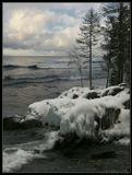 Декабрь месяц. Очень медленно Байкал остывает и покоряется морозам... Полностью он покрывается льдом только в феврале. И это при том, что морозы стоят ниже -20 градусов.