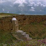 В окрестностях гобустанского поселка Мараза, в одном из скалистых ущелий, расположен двухэтажный мавзолей Дири-Баба - прекрасное творение искусства древних умельцев XV в. История гласит, что некогда шах Ибрагим передал местные земли шейху Дири-Баба. Поминальная мечеть была построена в его честь. Она до сих пор окружена ореолом мистической таинственности, легендами, преданиями. Здесь, в массиве скал, вырублен грот, куда ведут небольшие проемы. К основанию купола направляется каменная лестница. Сам мавзолей словно служит естественным продолжением скалистой панорамы. Его прекрасным украшением явл