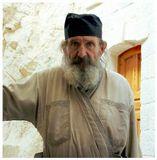 Монах-грек живет на горе Искушений на Святой земле