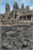 Камбоджа, г. Сием РипЦентральная башня Байона поднимается на высоту 45 м над землей. Кроме нее Байон украшают еще 52 квадратные башни, и на каждой стороне всех этих башен изображен лик бодхисатвы Авалокитешвары. Cкладывается впечатление, что, где бы вы ни находились, эти лики смотрят на вас.