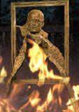 Монтаж в память Фотографа, составлен из вечного огня и памятника моего друга скульптора Г.Потоцкого, посвящённого фотографу! В работе Фотограф  обретает крылья -появляется чувство полета. При проявлении фотографий  вначале появляются отдельные части изображений - вот есть голова, рама, холст,  фотоаппарат… Остальное не проявилось. И возникает реалистическая абстракция, которую художник и воплотил..