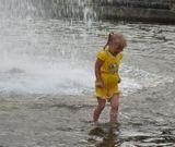 Помню в детстве сама вот так любила бегать в фонтане...эх, давно это было...