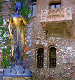 Верона. Дом Джульетты. Бронзовая статуя и знаменитый балкон. Компоновка из 2 снимков. Всех участников сайта, особенно прекрасного пола - с Днем св. Валентина.