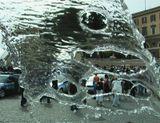 Рим. Италия. 150-летие римской полиции. Выставка достижений полицейской науки и техники через поток воды из фонтана истекающего из пасти льва-дракона и порывы ветра...