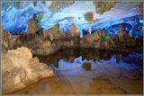 Сталактитовые пещеры в Гуйлине. Сами сталактиты в этой пещере не произвели на меня особого впечатления, но их непрерывно меняющаяся подсветка была изумительно красива.