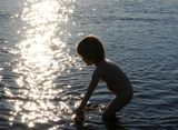 Я потрогаю солнце руками,Я в ладошки его соберу,Принесу его бабушке, маме,И цветочек водой напою...Я потрогаю солнце руками...или Маленькая Афродита