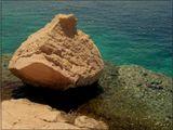 Красное море и одинокая глыба.