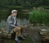В парке Кузьминки сидит этот пожилой человек,почти неслышащий с отсутствующим взглядом...
