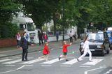 Всю жизнь играем мы в разные игры, не задумываясь о том, как это смотрится со стороны. Если не считать, конечно, профессиональных игрунов: актеров, шпионов, мошенников, политиков... Еще с пионерским галстуком на шее мечтал посетить Abbey Road, но не верил, что это возможно. Прибыв на святое для битломанов место, увидел, что оно не пустует: играют и мал, и стар. И с таким самозабвением!