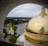 Снято этой осенью с колокольни Нило-Столбенского монастыря на о.Селигер. Аналогичный кадр был сделан 4 года назад летом, но тогда купола были еще не золотые.