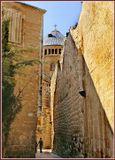 Собор действительно находится на очень маленькой территории,такое ощущение,что его при помощи крана,сверху, поставили между стенами.Иерусалим,Старый город.