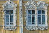 Вот такие старые дома (им по 100 и более лет) с резными наличниками и пр. есть в моем городе.Двухэтажный деревянный жилой дом с высоким кирпичным цокольным этажом на улице Пушкина.