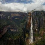 Cамый высокий в мире водопад - Angel (Анхель). Его высота 979 метров (по некоторым данным 1059 метров), высота непрерывного падения 807 метров. Назван в честь лётчика Джеймса Анхеля, который перелетел через водопад в 1935 году