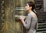 Я люблю эти старые стены,Пережившие много веков.В древнем камне прожилки, как веныНа усталых руках стариков.Светлана Дубровская