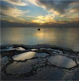 Полное название: Спокойный морской пейзаж с рыбацкой лодкой и остатками затонувшего корабля