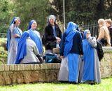монахини заинтригованы футбольным матчем на местном Итальянском стадионе