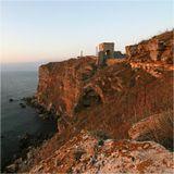 """Мыс Kaлиакра - один из самых пленительных уголков болгарского побережья. Врезаясь на два км. в море, Калиакра является и самым длинным мысом на Болгарском побережье. Его имя переводится как """"Красивый мыс"""". Причиной этого названия — является золотисто-пурпурный цвет скальных берегов, высота которых достигает 70м.Конец августа 2007 г.,  утро жаркого дня."""