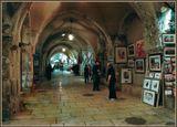 В этих, древних, галереях,расположились несколько десятков магазинов,торгующих картинами,религиозной атрибутикой и многими другими товарами для туристов.