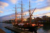 Фотография выполнена на Дублинской набережной 9 Января, 2009 гДублин, Ирландия, набережная, корабль, парусник, закат, море, река, город
