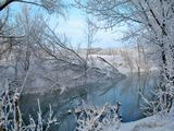 Тёплый канал, поэтому он не замерзает, а создаёт небольшой туман над водой. Даже в -20 температура воды около +7 градусов.