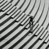 Гулял с друзьями на день Победы, фотографировал пейзажи. Когда были на мосту, заметил детей гуляющих у лестницы. В итоге получился такой вот репортажно-жанровый снимок.