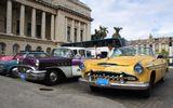 """На Кубе меня потрясло обилие не только наших """"семёрочек"""", но и множество старых американских автомобилей 40-50-х годов. Центр Гаваны, площадь рядом с Капитолием."""