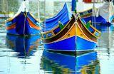 Фотография выполнена в Мальтийском городке Марсашлок, расположенном на Южной оконечности острова Мальты. По древнему преданию, рыбаки рисовали на каждой лодке глаза Озириса, считая, что они будут притягивать удачу и оберегать рыбаков в их нелёгком и опасном морском промыслеМальта, Марсашлок, лодка, море, гавань, залив, Озирис, рыбацкая