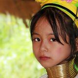 Тайская девочка из племени каренов. Племя отличается тем,что в нём считается,что женщина тем красивее,чем длиннее её шея. И каждый год до 45 лет добавляют по кольцу.Этой девочке семь лет.