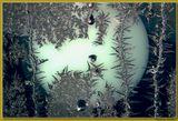 Ночная съемка зимних узоров на окне. В поле кадра в это время всегда попадают горящие уличные фонари и их переотражения в объективе. Я пробовал разные, но картина оказалась примерно одинаковая. Приходится эти рефлексы включать в кадр как элементы композиции... вот, я бы сформулировал это так... спасибо, если просмотр оказался приятен...:-)