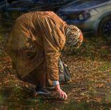 Невыносимая жалость одолела мной, когда снимала эту бабушку...нищенская пенсия вынуждает ее собирать по городу каштаны, чтобы можно было их приготовить в пищу...От усердия у бабушки течет слюна...это видно при большом увеличении...