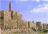 Это стена Старого города,за ней,история Иерусалима,уходящая в глубину веков