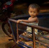Маленькая кхмерская деревушка в районе Сием Риепа, куда изредка проникают чужаки из другого мира. Хочется заплакать, но любопытство берет свое...