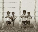 """Новое кхмерское поколение Салот Сара не помнит (партийная кличка Пол Пот или """"Товарищ 87""""), но горький привкус того времени остался. Страх перед властью и наказанием не рассеялся до сих пор. Гирлянды из колючей проволочки тоже по старой памяти..."""