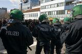 7 марта в Оснабрюке (Германия) члены партии НПД, а проще нео-нацисты запланировали шествие через город. Возмущенные этим горожане устроили демонстрацию против наци. Более 2 тысяч полицейских со всей земли Нижняя Саксония съехались для поддержания порядка,конная полиция, служебные собаки, от трех до пяти бронетранспортеров с водометами, вертолет и автобус-тюрьма.