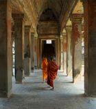 Старинные стены Ангкор Вата и неторопливый обход владений монахами, создают неповторимую атмосферу.