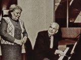 Вообще-то Он, профессиональный сыщик, никогда не умел играть на фортепьяно, но сегодня пришёл в ресторан на встречу с друзьями слишком рано и решил скоротать время в уголке пианиста. Путая клавиши и сбиваясь, подбирал мелодию. Почему-то это была именно Love Story. Другие гости косились, но терпели. И тут в зал вошла Она, когда-то первая красавица управления. Они не виделись ещё с той, настоящей жизни. Музы иногда возвращаются...Я сыграю для Вас?