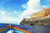 Юго-Восточная Мальта, в районе Голубого грота.Прогулка на лодке по неспокойному Средиземному морю к живописным гротам