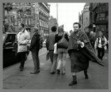 """Эдинбург. Время фестивалей. Улицы полны туристов и актеров, продавцов и покупателей.  Любопытствующая, разношерстная, шумная толпы. И даже в ней он выделился своей обособленностью, отстраненностью. Поношенный килт, плед, а  в руках """"Макбет""""., что наталкивает на мысль - а может это актер """"в образе""""?  Может да, а может нет. :))"""