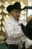 Настоящий ковбойский продавец в настоящем ковбойском магазине в Неваде.