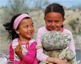 Этих девчонок я встретил 2 мая на егерском кордоне, неподалеку от райцентра Баканас (250 км на северо-восток от Алма-Аты). Впечатлило, что дети в XXI веке все еще играют в тряпичные самодельные куклы.