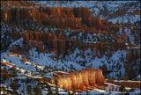 """Bryce Canyon National Park, Utah, USA, Januаry 2009 Национальный парк Брайс-Каньон. Рассвет. Направленный луч восходящего солнца озарил """"худу"""" на дне каньона так, что они засветились как фонарики. Очень повезло мне с отраженным светом на """"ребрах"""" худу. Смотрите также приближенный вид на 300мм, что я показывал 3 месяца назад. http://www.lensart.ru/picture-pid-1c0f6.htm"""