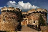 КалемегданБелградская крепостьВ бурном прошлом, Белград завоевывало 40 армий, и 38 раз он был отстроен заново из пепла.