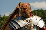 В далеком 0009 году,недалеко от места, где сейчас находится Оснабрюк (Германия), состоялось сражение, при котором римские легионеры напали на германских варваров и ….потерпели поражение. 2000 лет прошло с тех пор и в честь этого состоялась грандиозная инсталляция тех событий. 8 стран принимали участие, 300 воинов в доспехах того времени, всё было учтено до мельчайших подробностей - каждый костюм проверялся на соответствие, материя соткана по старинным технологиям и окрашена теми красками. Еда, быт, утварь, ремесла - все было очень достоверно. За 4 дня действо посетило 28 тысяч человек.